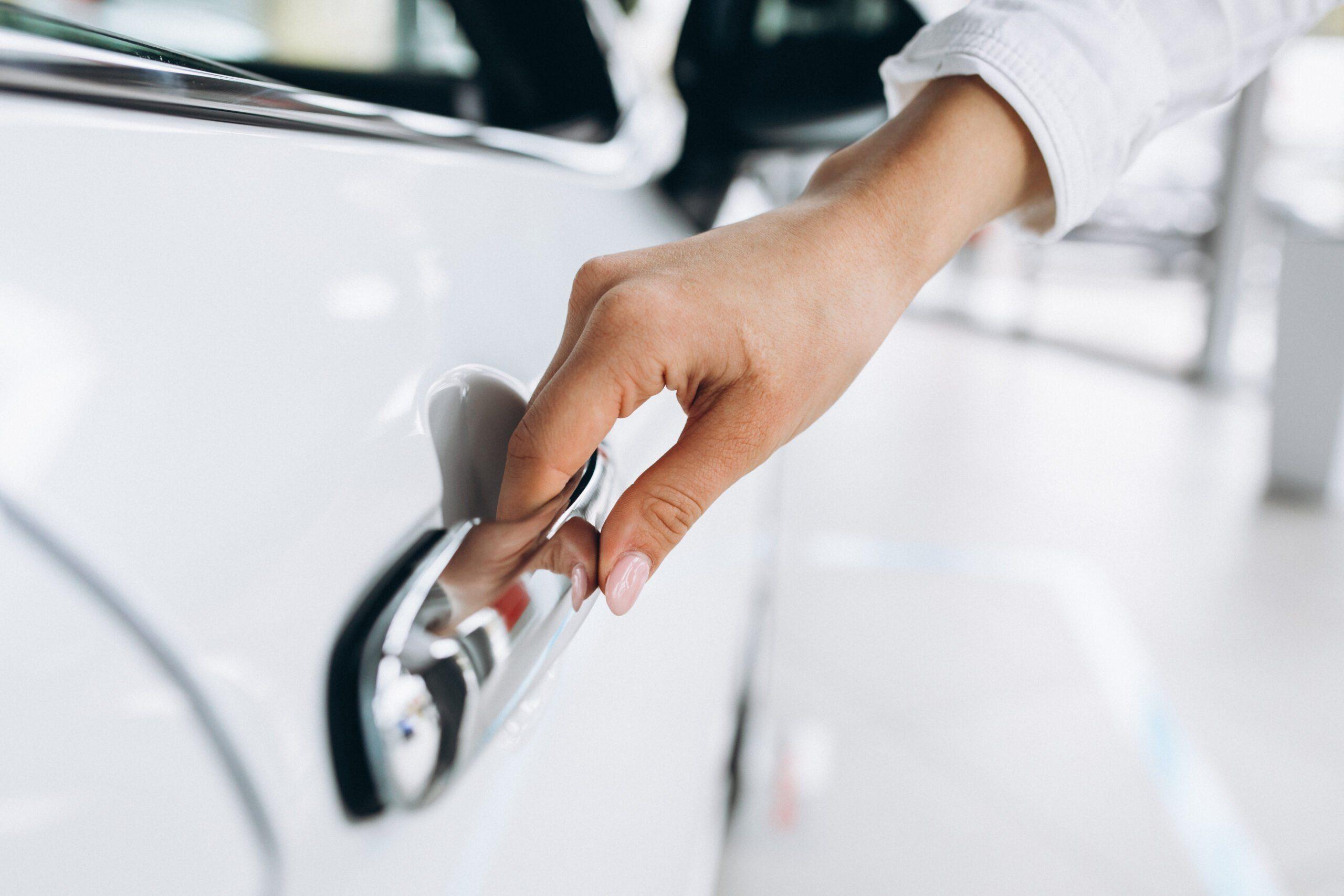 main sur poignée de porte voiture
